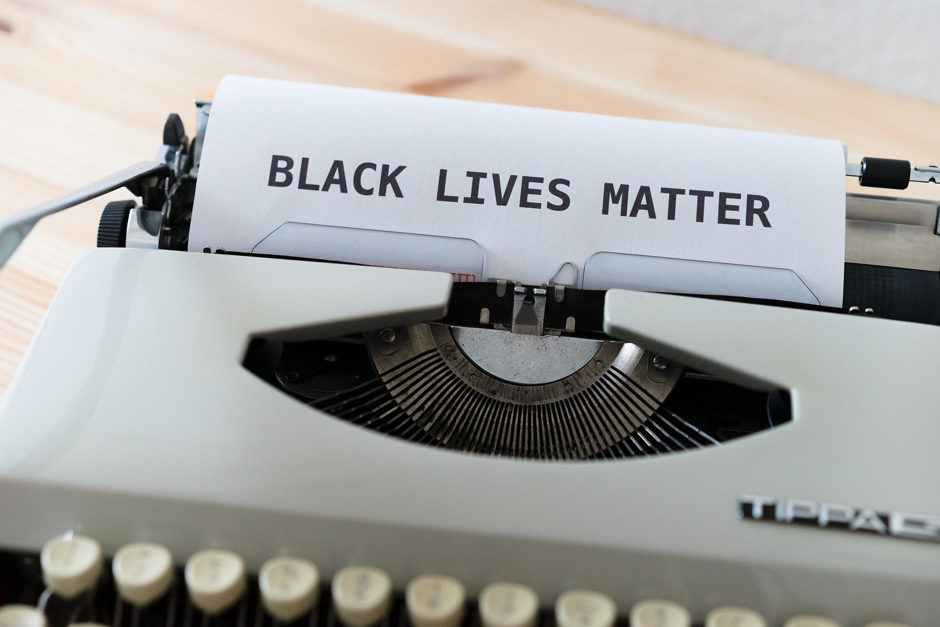 """Rasismi on rakenteellinen ongelma, mutta Suomessa se nähdään usein vain yksittäisten """"pahisten"""" syntinä"""